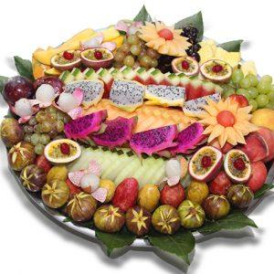 מגש פירות חתוכים ענק במיוחד